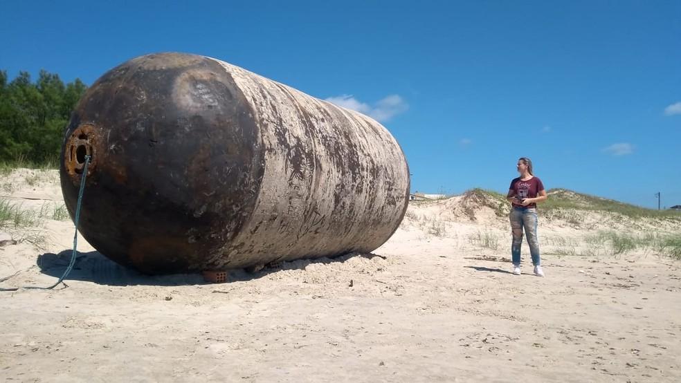 Boia gigante apareceu na areias da praia Sumaré — Foto: Adelsa Fernandes/Divulgação