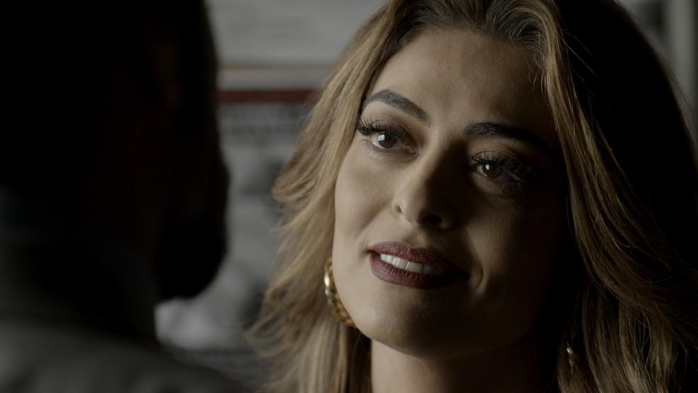 Em 'A Força do Querer', Bibi (Juliana Paes) é ameaçada por Caio (Rodrigo Lombardi) — Foto: TV Globo