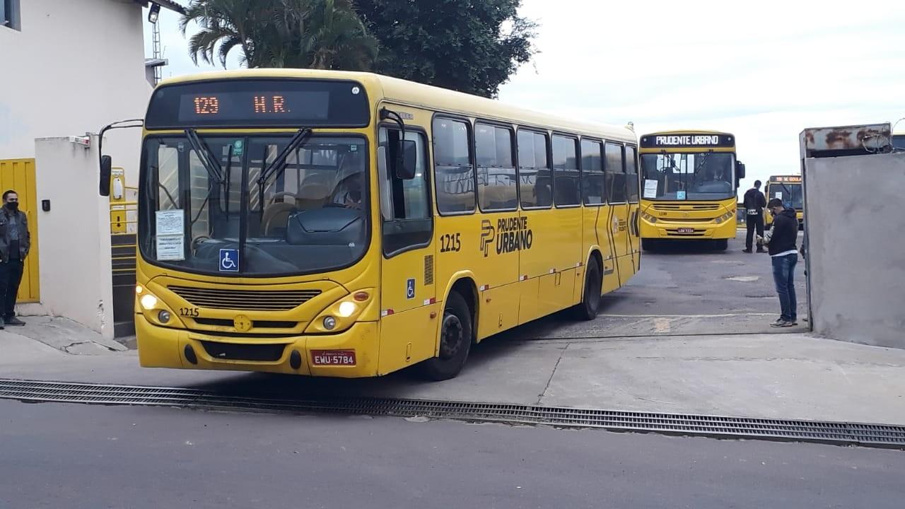 Trabalhadores do transporte coletivo atrasam saída de ônibus em terceiro dia de greve em Presidente Prudente