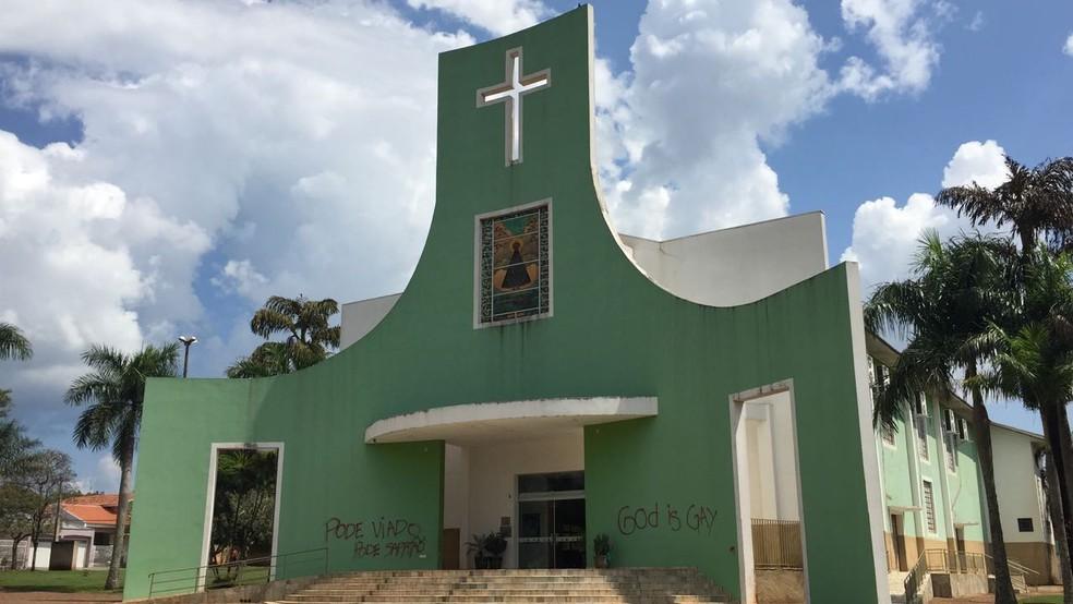 Igreja Matriz foi alvo de pichação em Teodoro Sampaio — Foto: Bruna Bachega/TV Fronteira