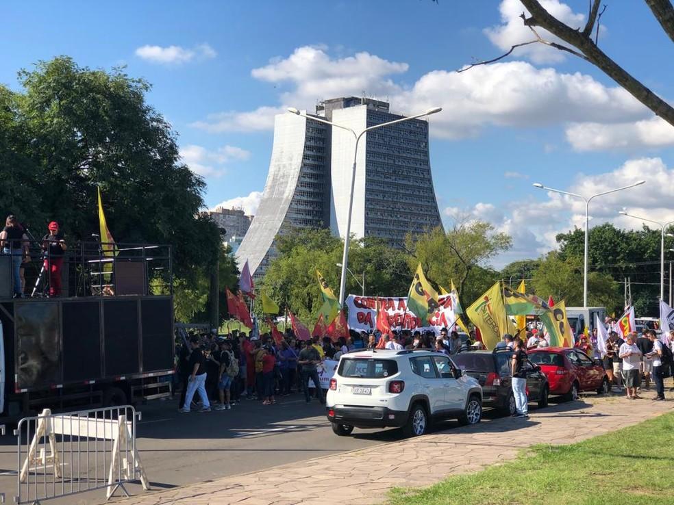 Ato relativo ao Dia do Trabalho na Orla do Guaíba, em Porto Alegre — Foto: Léo Saballa Jr./RBS TV