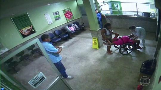 Mulher dá à luz em cadeira de rodas na entrada de hospital enquanto médico filma com celular; veja vídeo