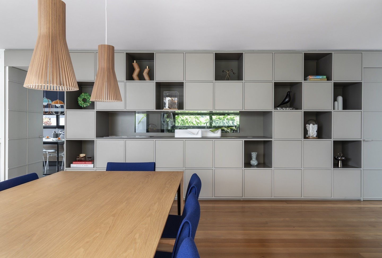 Ambientes integrados e iluminação natural em casa de 561 m² (Foto: Evelyn Muller)