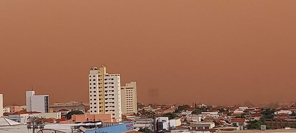 Tempestade de poeira atingiu Dracena (SP) na tarde desta sexta-feira (1º) — Foto: Cláudio José/Cedida