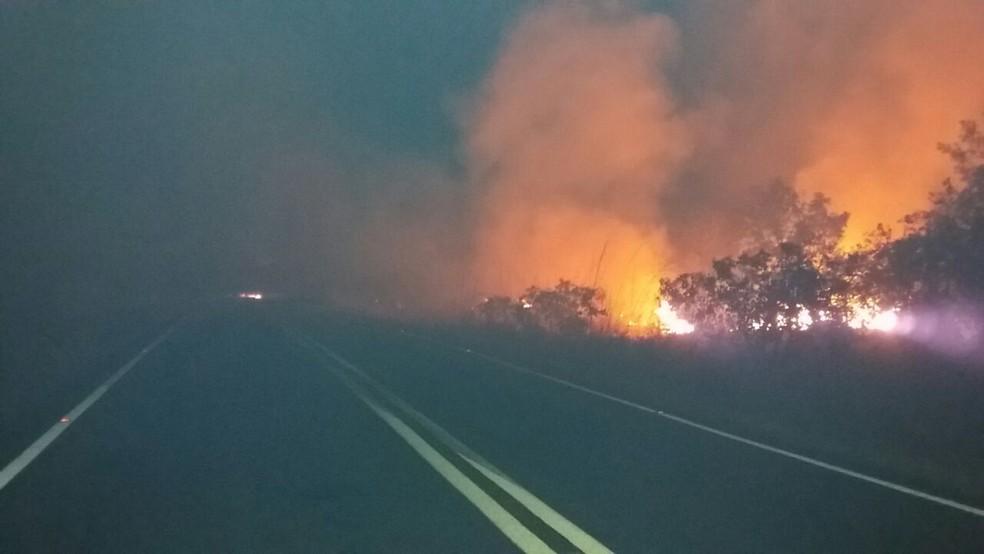 Fogo interdita rodovia federal na região de Fortaleza do Tabocão (Foto: Divulgação/PRF)