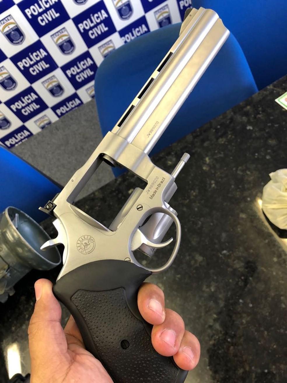 Revólver foi uma das armas apreendidas em Jaboatão dos Guararapes, no Grande Recife (Foto: Polícia Civil/Divulgação)