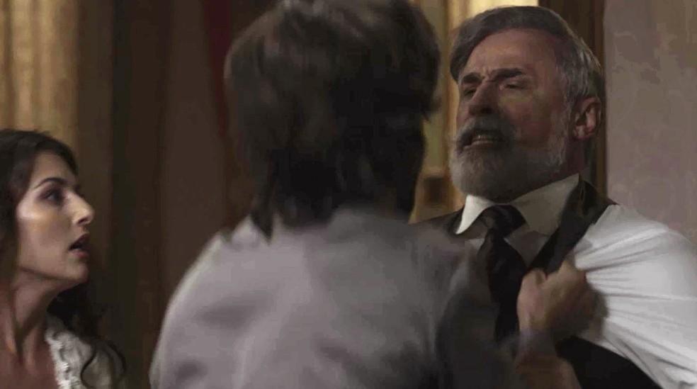 Rômulo não acredita que o pai foi capaz de fazer mal a Cecília  (Foto: TV Globo)