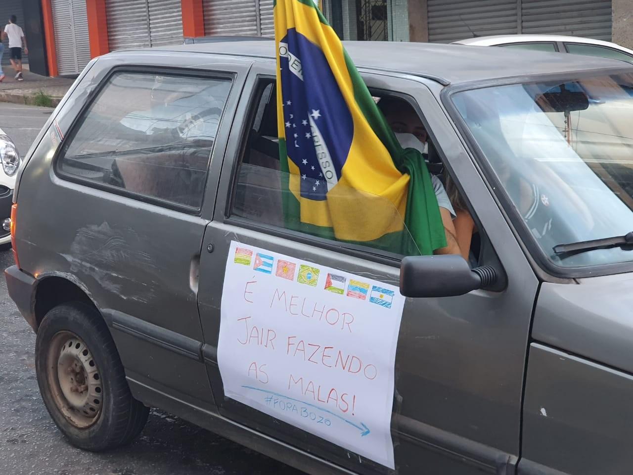 Manifestantes fazem ato a favor da vacina e contra o presidente Jair Bolsonaro em Divinópolis