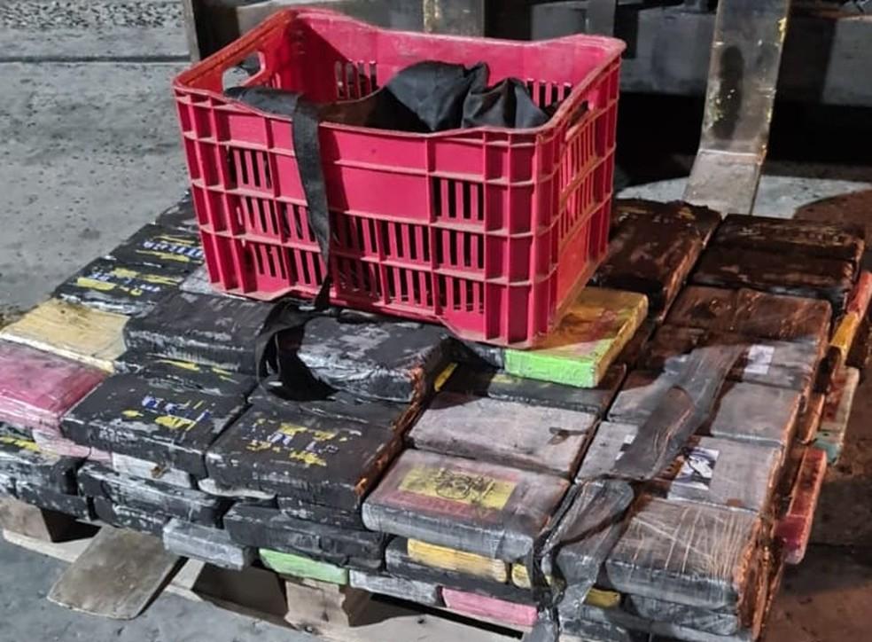 Funcionários de empresas que prestam serviços no Porto de Salvador são flagrados tentando colocar cocaína dentro de contêiner  — Foto: Divulgação / PF