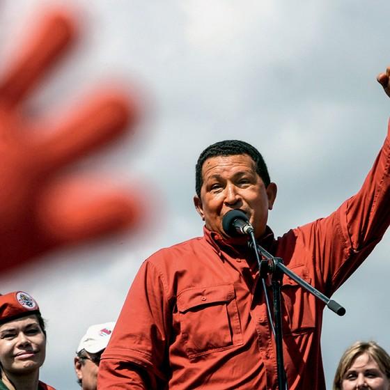 Apesar da crise, a maioria dos venezuelanos guarda memória positiva de Chávez. Na foto de 2006, o ex-presidente visita a cidade natal (Foto: Martin Bernetti/Afp)