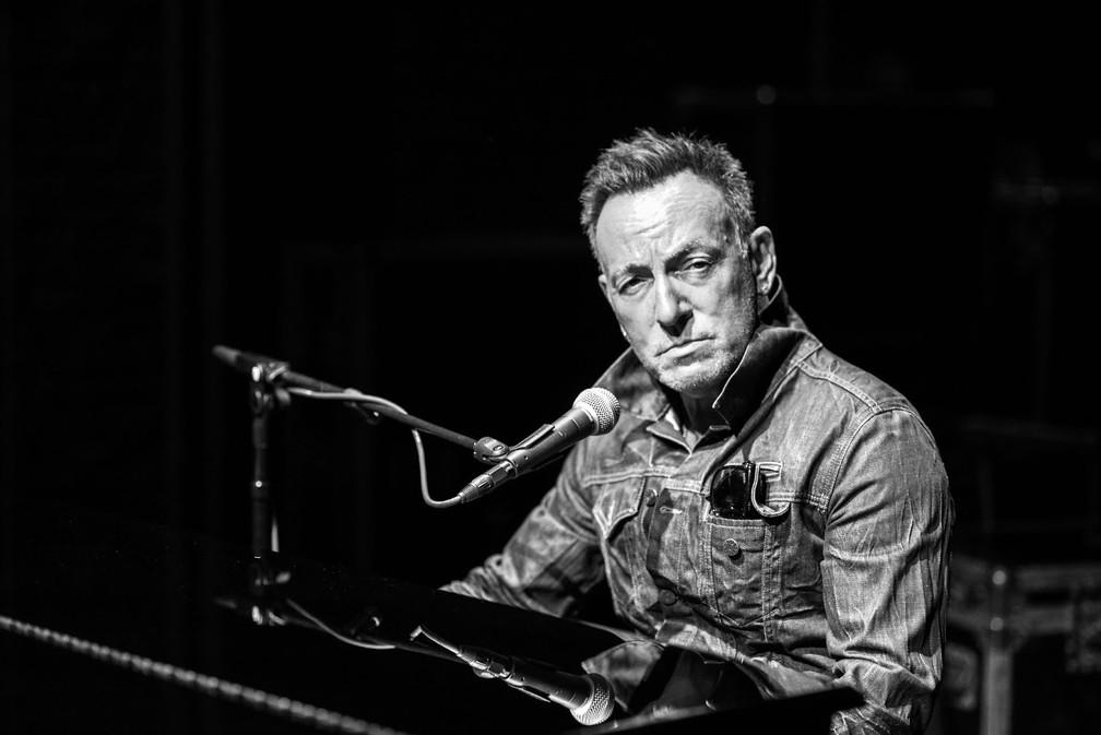 Bruce Springsteen em cena de seu show na Broadway — Foto: Divulgação/Rob DeMartin