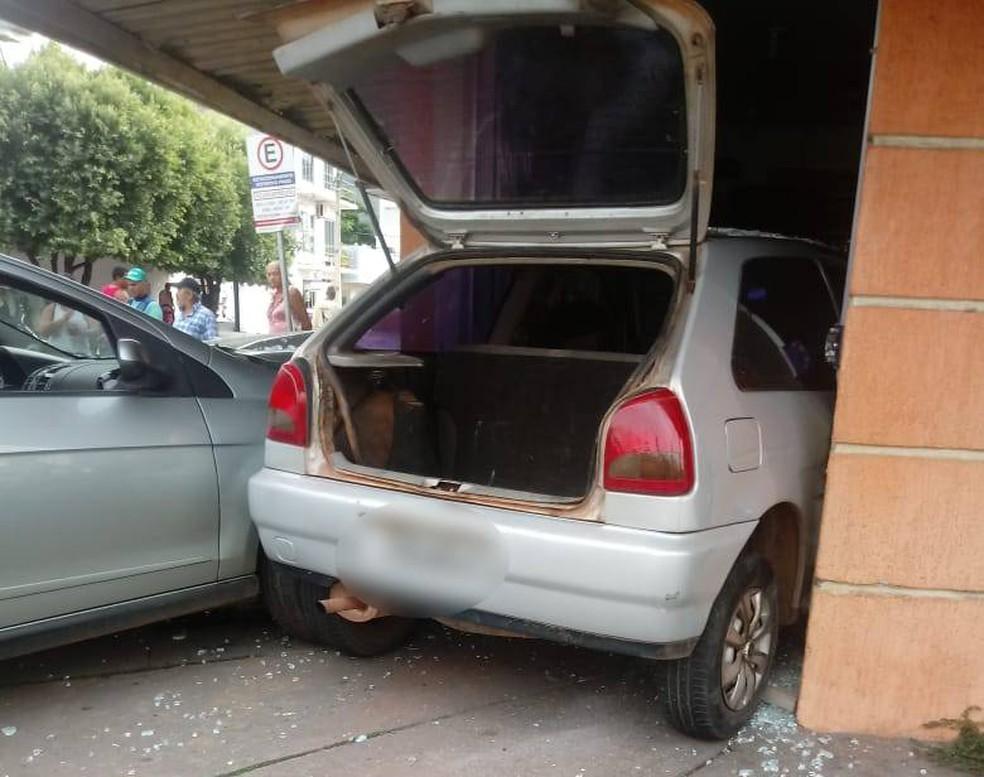 Carros foram removidos com guincho — Foto: PM-MT/ Divulgação