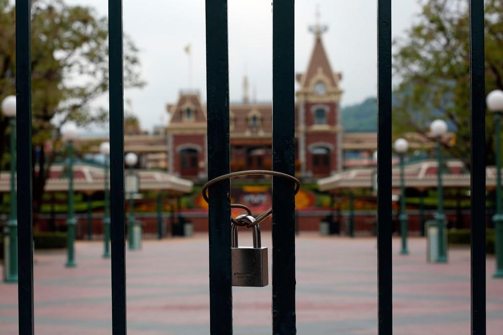 Portão trancado no parque temático da Disney em Hong Kong — Foto: Tyrone Siu/Reuters