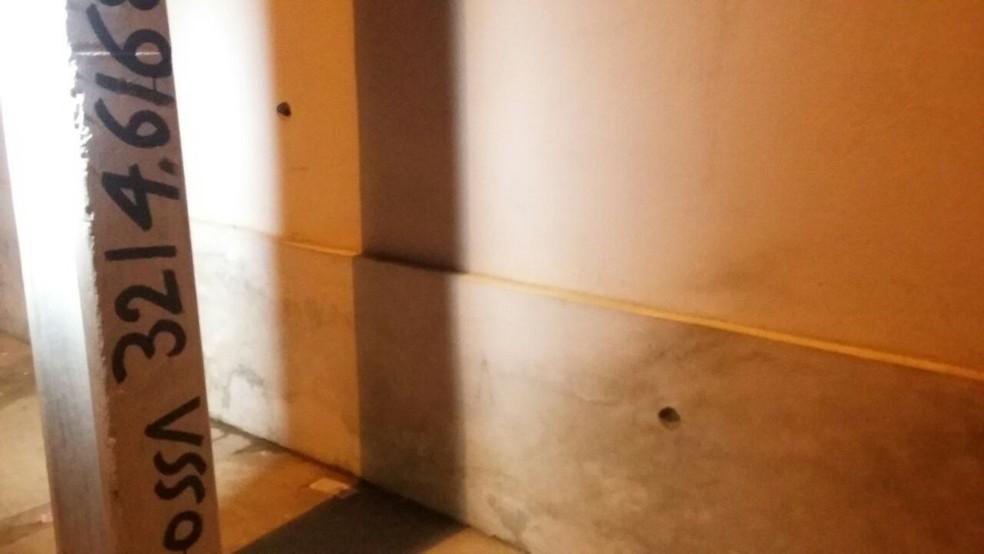 Paredes de casas ficaram com marcas de tiros após confronto entre PMs e assaltantes que vitimou mulher na Zona Norte de Natal (Foto: Sérgio Henrique Santos/Inter TV Cabugi)