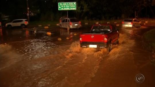Chuva forte volta a causar estragos em Bauru e muro de casa não resiste