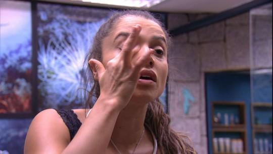 Paula se maquia e canta no banheiro