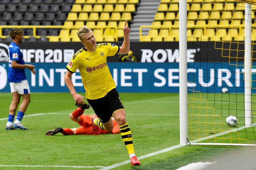 E o primeiro gol foi del, Haaland: Borussia 1 x 0 Shalke no clássico do vale do Ruhr — Foto: Reuters