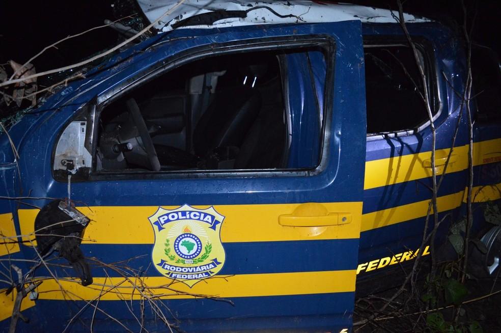 Carro da PRF saiu da pista e capotou na BR-153 (Foto: Guaraí Notícias)