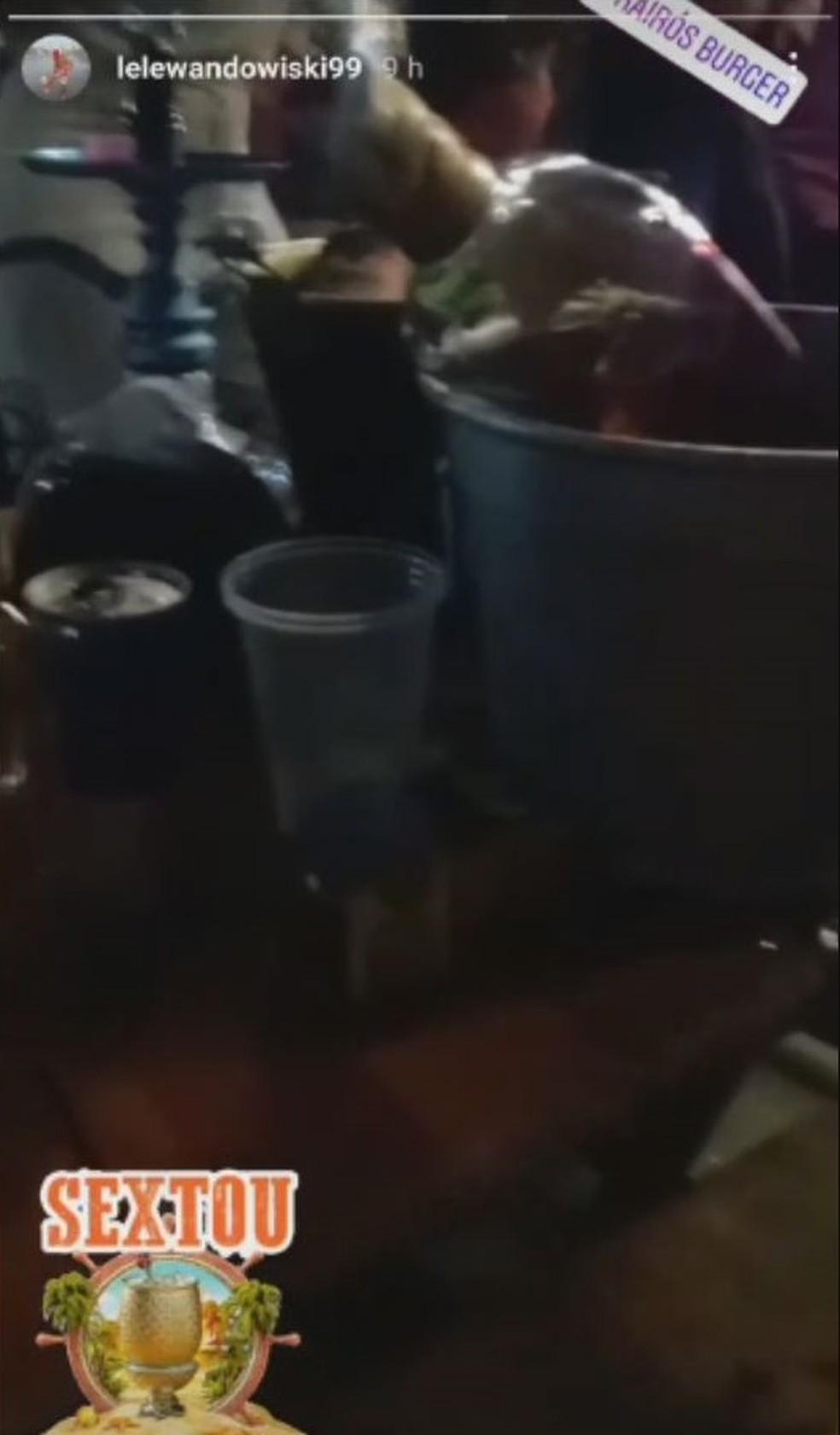 Leonardo dos Santos Antonio, de 32 anos, publicou imagens do bar com amigos antes de ser morto por desconhecido em Guarujá, SP — Foto: Reprodução/Instagram