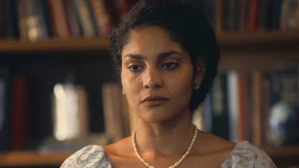 Shirley (Barbara Reis) chora ao contar toda a verdade para Inês (Carol Macedo) — Foto: Globo