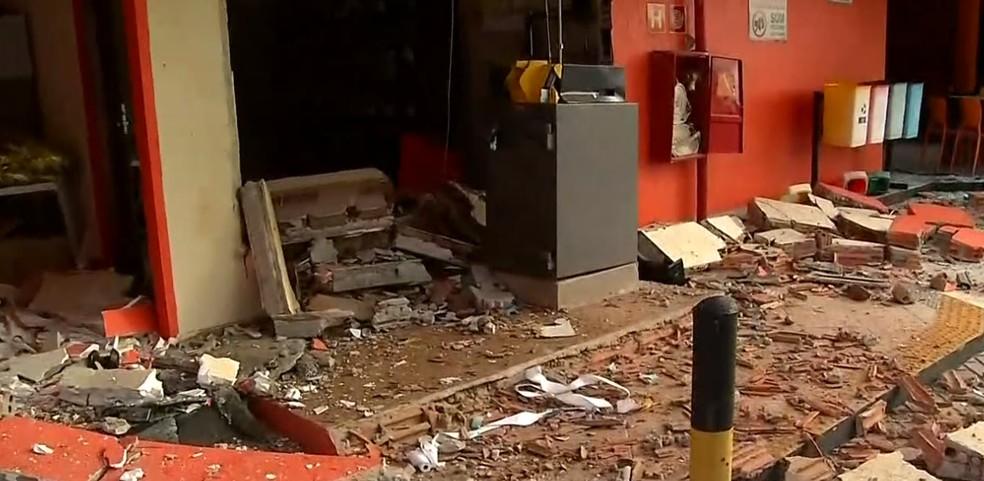 Posto ficou parcialmente destruído após criminosos detonarem explosivos para tentar abrir cofre — Foto: Reprodução/Inter TV Cabugi