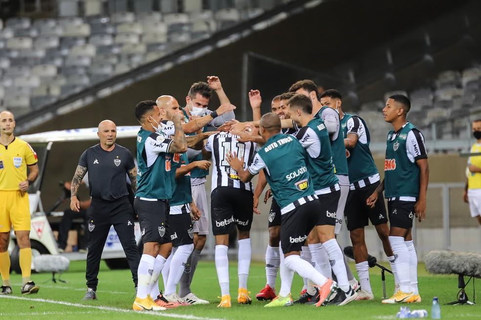 Jogadores do Atlético-MG comemoram gol de Keno sob olhar de Sampaoli — Foto: Pedro Souza/Atlético-MG