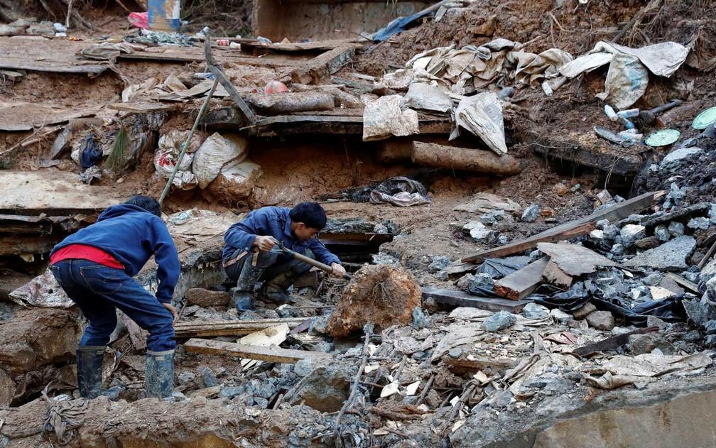 Equipes de resgate fazem buscas em um deslizamento de terra causado pelo tufão Mangkhut — Foto: Erik de Castro / Reuters