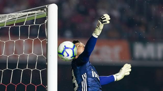 Bola encobre Tiago Volpi, bate na trave, volta no goleiro e entra: gol de Dudu!