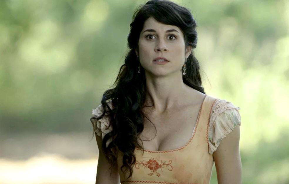 Mariana fica nervosa ao ver que Virgílio achou a moto antes dela (Foto: TV Globo)