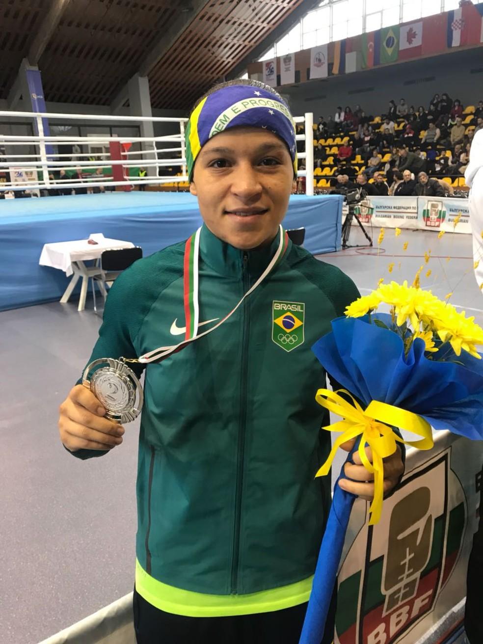 Bia Ferreira exbie medalha (Foto: Divulgação CBBOXE)
