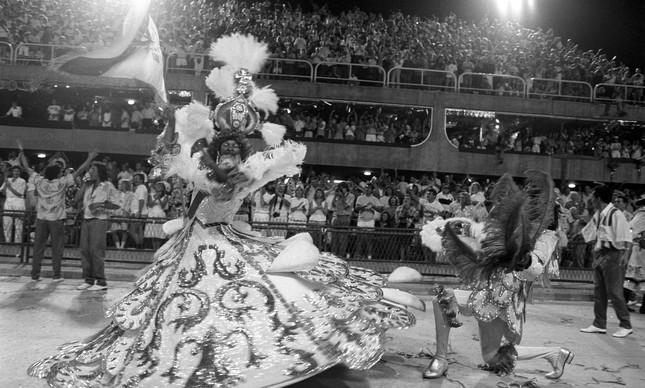 Apresentação do casal de mestre-sala e porta-bandeira da verde e branco de Ramos em 1989