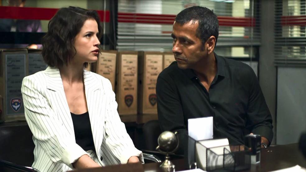 Amadeu (Marcos Palmeira) fica surpreso com mentira de Josiane (Agatha Moreira) durante depoimento, em 'A Dona do Pedaço' — Foto: Globo