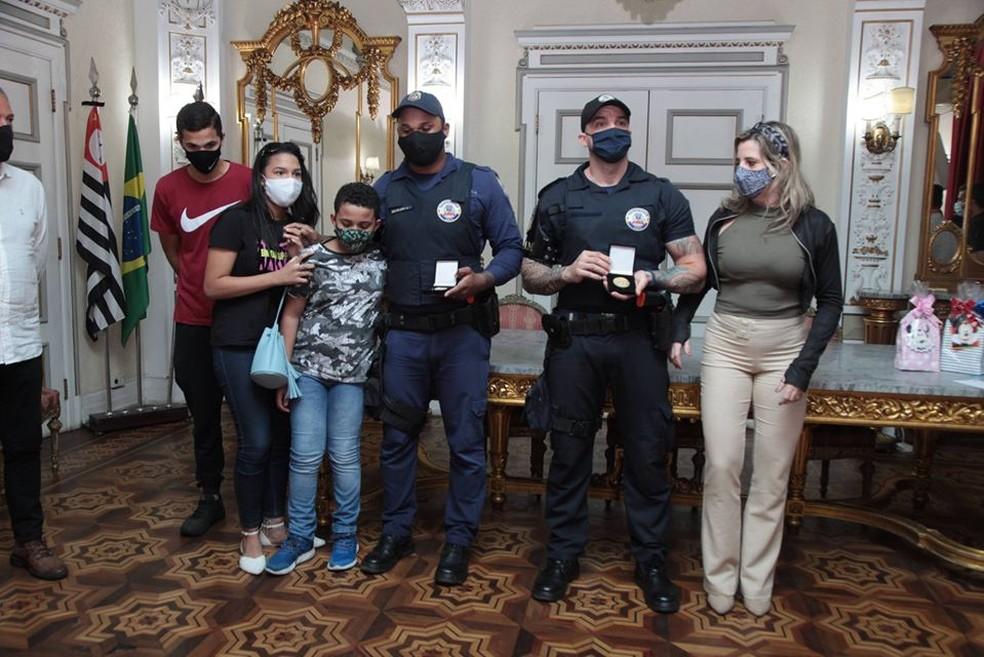 Famílias de guardas participaram de homenagem realizada pelo prefeito de Santos, SP — Foto: Susan Hortas/Prefeitura de Santos