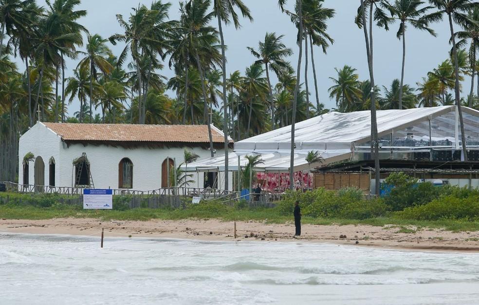 Seguranças estão espalhados por todo o local da festa. Pista de dança foi levantada ao lado da capela (Foto: Felipe Brasil/ Gazeta de Alagoas)