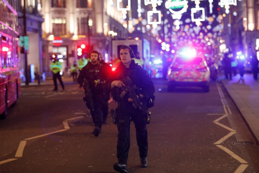 Policiais armados patrulham área da Oxford Street, um dos principais pontos comerciais de Londres (Foto: Peter Nicholls/Reuters)