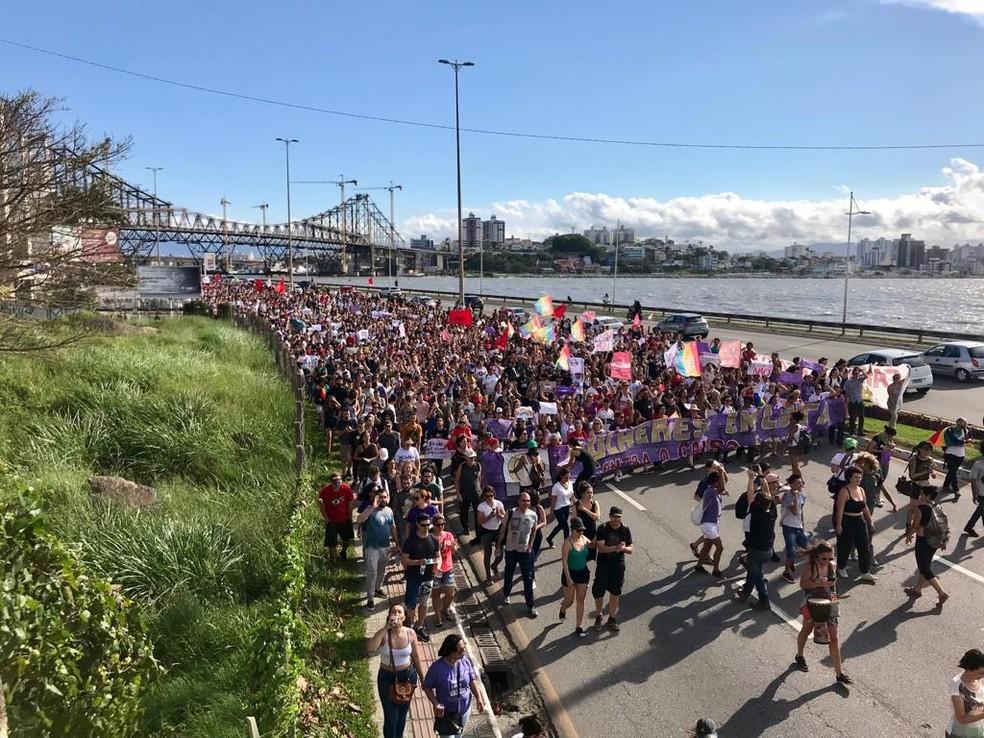 SC - Florianópolis: Manifestantes protestam contra Bolsonaro neste sábado (29) — Foto: Kiria Meurer/NSC TV