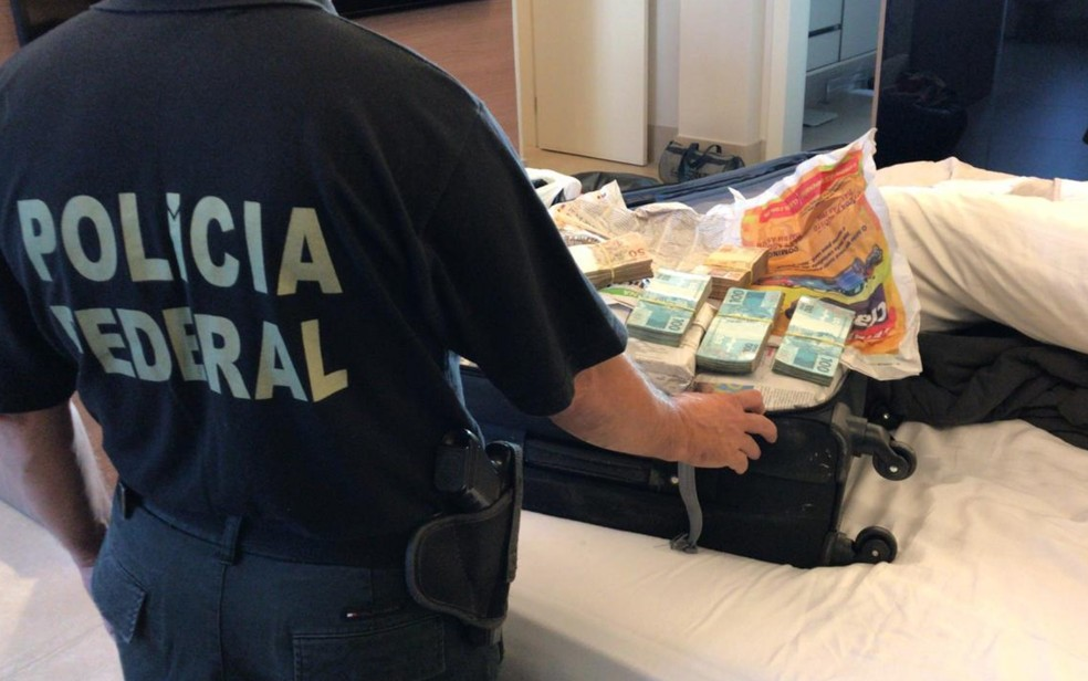 Polícia Federal apreende mala com cerca de R$ 800 mil durante a segunda fase da Operação Decantação, em Goiânia — Foto: Polícia Federal/ Divulgação