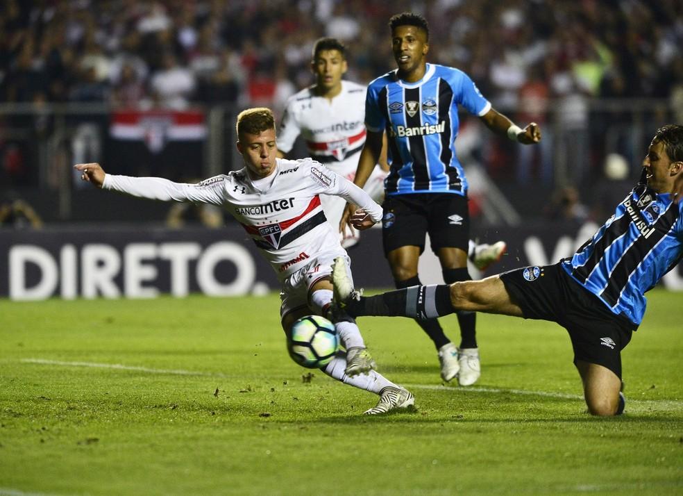 Lucas Fernandes no momento do gol de empate do São Paulo (Foto: Marcos Ribolli)