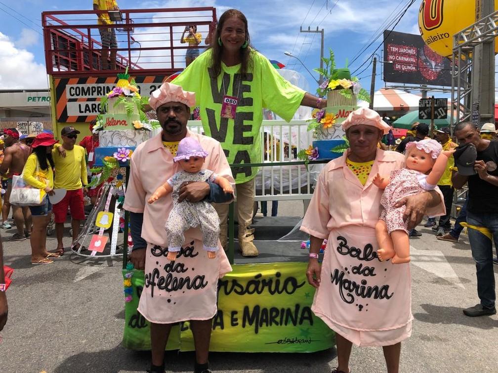 Produtor Carlos Mota, que pela terceira vez personifica 'Veveta' nas Virgens de Olinda, desta vez foi com as filhas Marina e Helena e as babás — Foto: Pedro Alves/G1