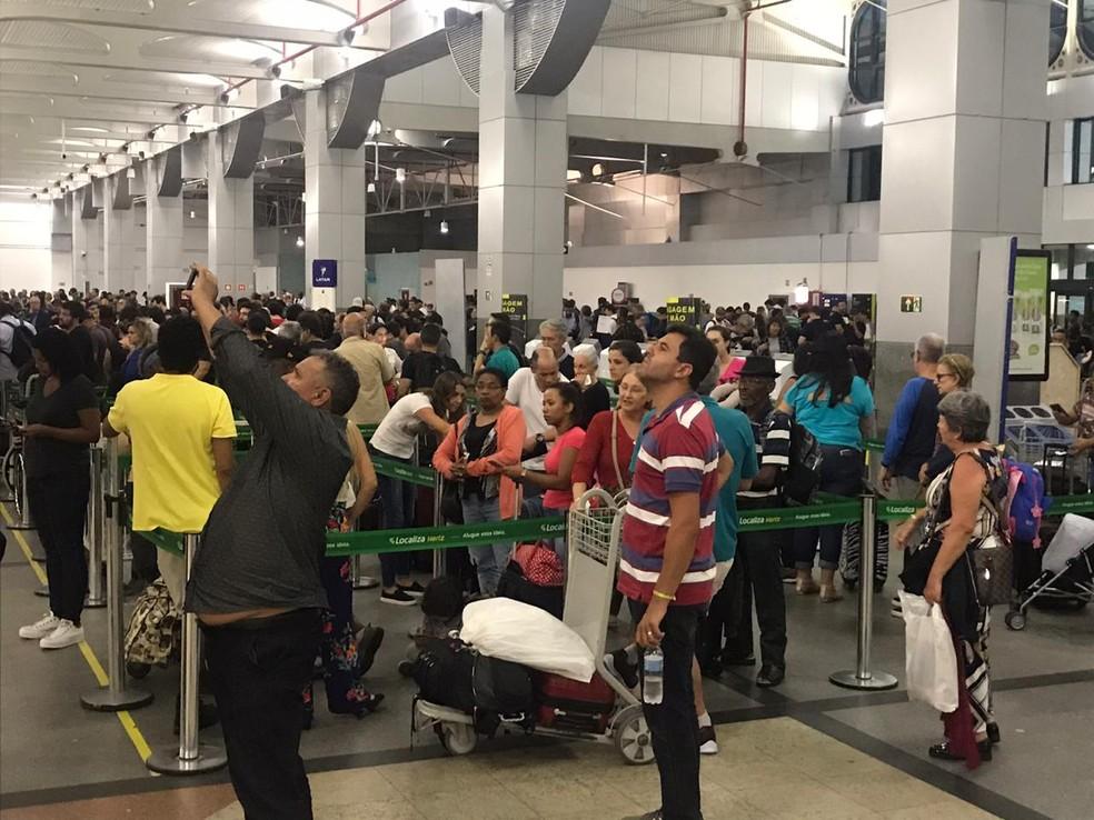 Saguão do Aeroporto de Salvador lotado na noite desta terça-feira (26), após pista principal do terminal ser interditada — Foto: Renan Pinheiro/ TV Bahia
