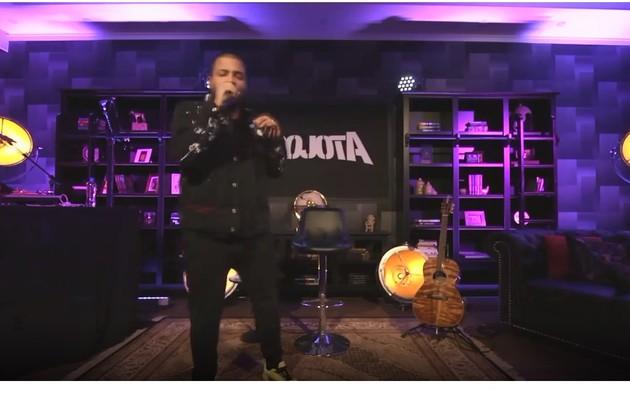 Durante a quarentena, o cantor fez live e mostrou sua enorme sala de estar, que comportou até o DJ e suas picapes (Foto: Reprodução/Instagram)