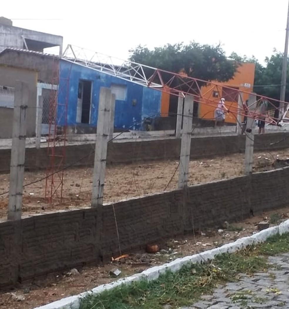 Ainda em Currais Novos, uma antena de transmissão caiu  — Foto: Fernando Lacerda