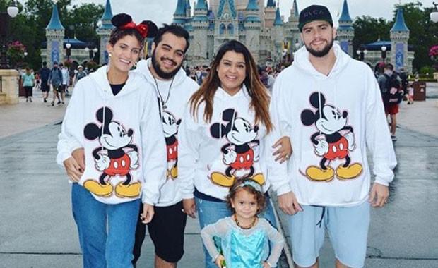 Preta Gil com o marido, Rodrigo; o filho, Francisco; a nora, Laura; e a netinha, Sol de Maria (Foto: Reprodução Instagram)