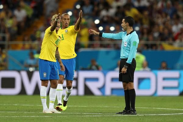 O juiz mexicano Cesar Ramos durante a partida entre Brasil e Suíça na Copa do Mundo (Foto: Getty Images)