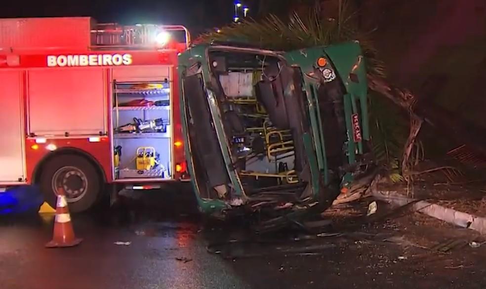 Bombeiros usaram viatura para escorar ônibus durante resgate das vítimas — Foto: Reprodução/TV Bahia