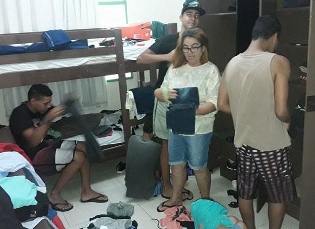 A avó Lúcia e os meninos arrumando o quarto (Foto: Reprodução Facebook)