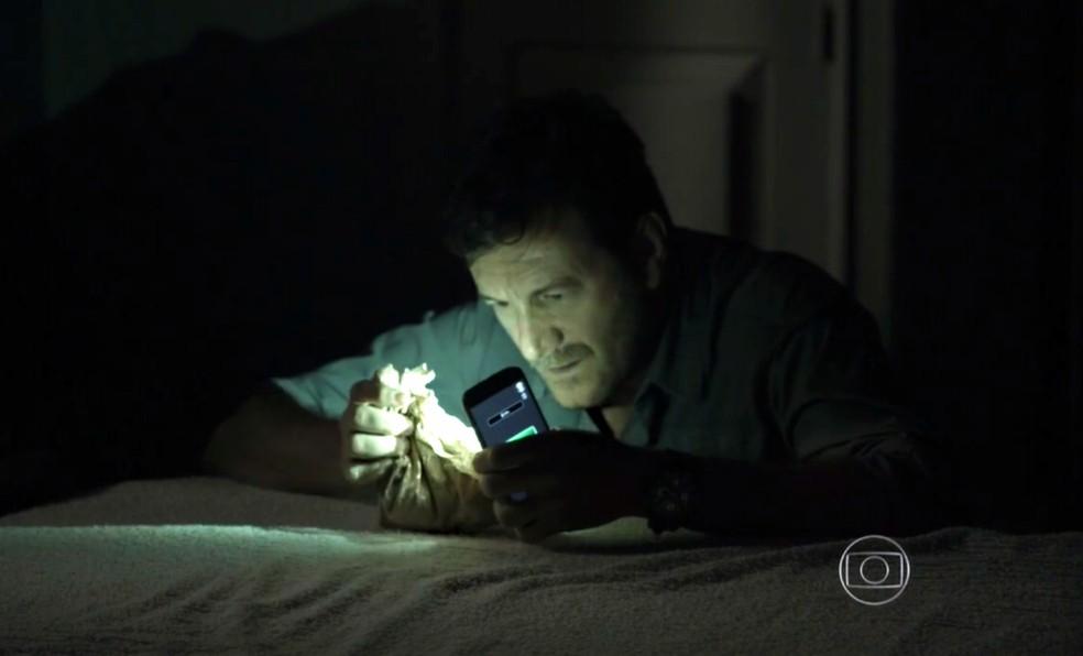 Josué (Roberto Birindelli) encontra o diamante rosa na casa de Cora (Marjorie Estiano) - 'Império' — Foto: Globo