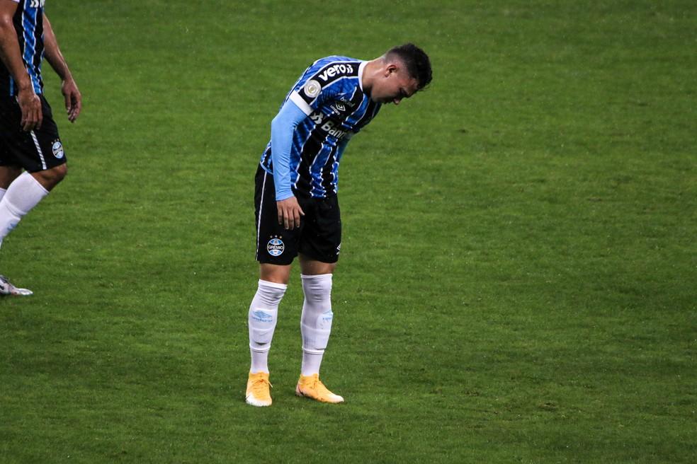 Além de suspenso, Pepê tem problemas físicos — Foto: Lucas Bubols/ge