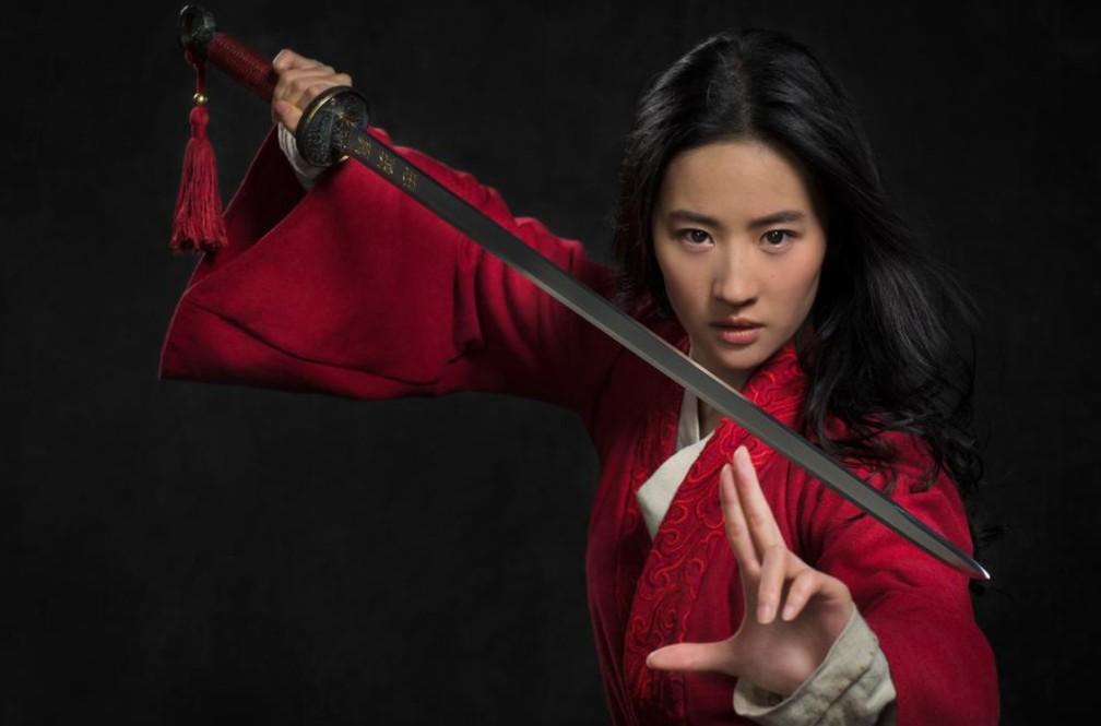 Liu Yifei como Mulan em primeira foto do novo filme da personagem — Foto: Reprodução/Twitter/Disney