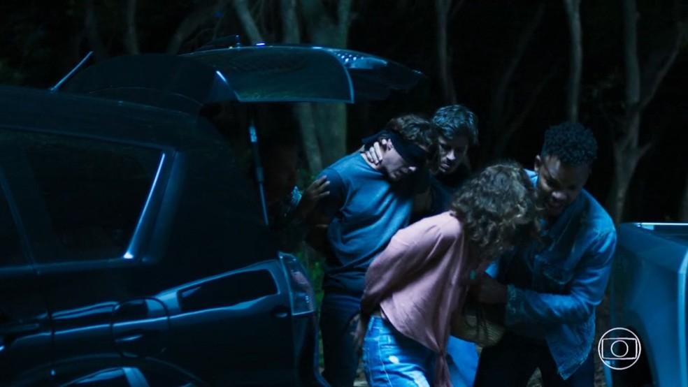 Rui (Romulo Arantes Neto) e Rita (Alanis Guillen) são sequestrados, em 'Malhação - Toda Forma de Amar' — Foto: TV Globo